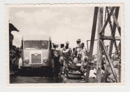 BB172 - PHOTO - COTE D'IVOIRE - JACQUEVILLE - Le Lac - Véhicule Ancien Et Groupes De Personnes Sur Le Pont - Afrique