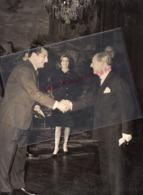 75-PARIS-ROBERT ROTHSCHILD AMBASSADEUR BELGIQUE REMET A GERARD SOUHAMI LES INSIGNES ORDRE COURONNE DE BELGIQUE - Berühmtheiten