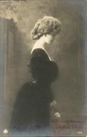 Ragazza (Fille, Girl) Vestita Di Nero Con Un Fiore In Mano - Donne