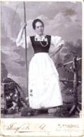 Porträt Frau In Tracht Und Hüterstock - Kabinettfoto Von Josef Herold Kitzbühel Ca 1895-1900 - Fotografie