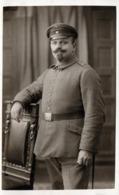 Carte Photo Originale Guerre 1914/18 - Portrait Studio De Soldat Allemand à La Moustache Second Empire Warenhaus Berlin - Oorlog, Militair