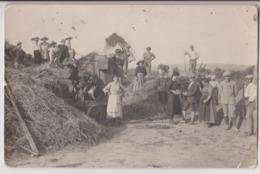 CARTE PHOTO D'UNE BATTEUSE A VAPEUR ET A POSTE FIXE - SCENE DE MOISSON - CANTINIERES - OUVRIERS AGRICOLES - 2 SCANS - - Landbouw