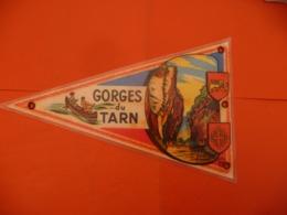FANION De VILLE écusson MILLAU - GORGES Du TARN ( 12 - Oggetti 'Ricordo Di'