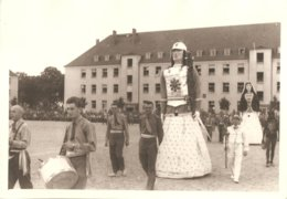 Photo Foto (11 X 16 Cm) 21 OFLAG II Geprüft Camp De Prisonniers Cortège ? Carnaval ? Stoet ? Reus Geant - Guerre 1939-45