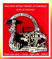 SUPER PIN'S CITROËN -ELEGANCE : TRACTION Au DEFILE PARADE RETROMOBILE De VITRY LE FRANCOIS (Marne) EMC  2X2cm - Citroën