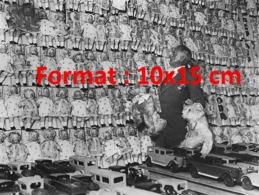 Reproduction D'une Photographie Ancienne D'un Vendeur De Magasin De Jouets Devant Un Mur De Poupées En 1929 - Riproduzioni