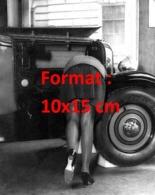 Reproduction D'une Photographie Ancienne D'une Femme Penchée Dans Une Voiture Laissant Apparaître Ses Bas En 1929 - Riproduzioni