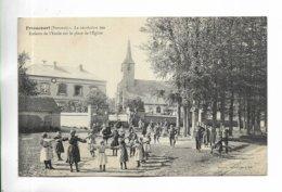 80 - FRIAUCOURT ( Somme ) - La Récréation Des Enfants De L' Ecole Sur La Place De L' Eglise. - Other Municipalities