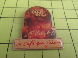 113d PINS PIN'S / Beau Et Rare : Thème MUSIQUE / JOHNNY HALLYDAY LEGAL LE GOUT AH QUE C'EST LE CAFE QUE J'AIME - Musique