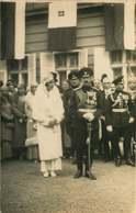 130919E - FAMILLE ROYALE DE BULGARIE - 1930 Les Souverains Bulgares Devant Les Drapeaux - Identified Persons