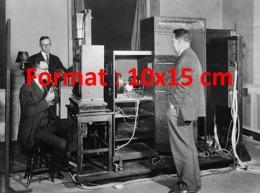 Reproduction D'une Photographie Ancienne D'une Démonstration De L'appareil De Transmission De La Télévision En 1920 - Riproduzioni