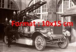 Reproduction D'une Photographie Ancienne D'une Brigade De Pompiers Dans Un Véhicule à échelle Sortant De Caserne En 1929 - Riproduzioni