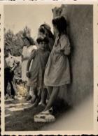 Snapshot Fillettes Contre Un Mur Chaussures Vers 1940-1950 Photo - Personnes Anonymes