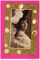 CPA  (Réf : (PA173) Belle Femme Beau Chapeau Trefle à 4 Feuilles Fer à Cheval - Donne
