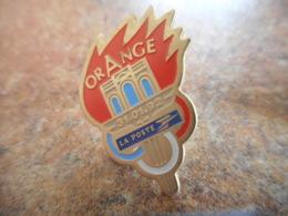 A040 -- Pin's Poste Flamme Olympique Orange 1992 - Postwesen