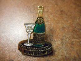 A041 -- Pin's Alcool Vouvray La Cave Des Producteurs La Vallee Coquette - Boissons