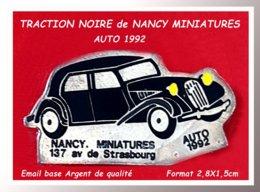 SUPER PIN'S CITROËN TRACTION : La TRACTION NOIRE Crée Par NANCY MINIATURES AUTO 1992, émail ARGENT 2,8X1,5cm - Citroën