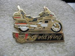 Pin's à 2 Attaches D'une Belle Moto De La Marque GOLDWING GL1500, Pin's Rare Et Introuvable Car Club Dissous - Motorbikes