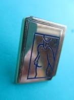 Pins Arthus Bertrand , Pinups Sur Couverture De Livre  ( Doré ) TBE ( Reflets Parasites ) - Arthus Bertrand
