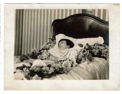 Photo Mortuaire Ancienne 12 Cm X 9 Cm - Jeune Fille - Défunt Sur Son Lit De Mort - Photo Post Mortem - Voir Scan - Non Classés