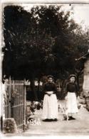 Carte Photo Originale Monde Paysan, Une Mère Et Sa Fille Dans La Cour De Ferme Avec Volailles Et Basse Cour Libres 1910' - Métiers