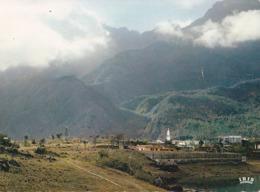 Ile De La Réunion  CILAOS  L'Eglise Et L' Hôtel (au Fond Le Col Du Taïbit)  - Dentelée - - La Réunion