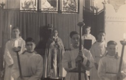 Postcard Religion Christianity Altar Boys And Priest Catholic ? Unknown Location My Ref  B13706 - Christianity