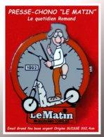 """SUPER PIN'S PRESSE-CHRONO SUISSE : Pour Le Quotidien Roman """"LE MATIN"""" Personnage Sur Trotinette Devant CHRONO 3X2,4 - Medias"""