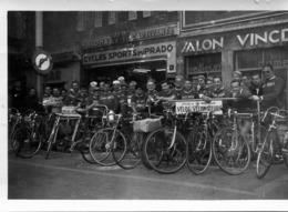 Photo De Cyclistes Devant Leurs Vélos Avec Le Maillot Cycles Boeuf Dans La Ville De Marseille - Personnes Anonymes