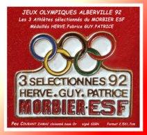 SUPER PIN'S JEUX OLYMPIQUES ALBERVILLE 92 : Pré-Olympique Des 3 Athlètes De MORBIER (Jura) Dont Fabrice GUY, ZAMAC Or - Jeux Olympiques