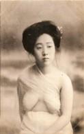 Japan - Une Jeune Geisha Prete Pour Le Bain - Japon