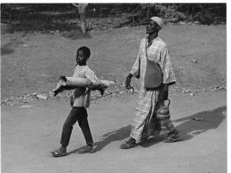 Photo Haute Volta 1980. Aveugle Victime De L'onchocercose Conduit Par Son Fils. Photo Du Père Gust Beeckmans - Africa