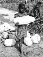 Photo Haute Volta 1980. Fillette Portant Une Grosse Courge. Photo Du Père Gust Beeckmans - Africa
