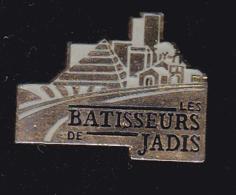 60053- Pin's . Bâtisseurs De Jadis .Pyramides.egypte. . - Ciudades