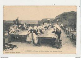 56 PORT LOUIS FEMMES DES USINES METTANT LEURS SARDINES A SECHER CPA BON ETAT - Port Louis