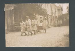 Photo Ancienne Fin 1800 Enfants Children Tirant Un Chariot Cart Avec Une Petite Fille Dedans Jeux Play Du Temps Passé - Anonymous Persons