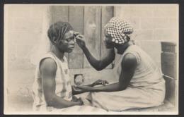 Carte Photo Du Congo / Photo Card - Femme Faisant Des Scarifications à Une Autre  / Ethnie, Photo Type Gabriel - Belgisch-Kongo - Sonstige