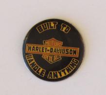 "1 Pin's MOTO - HARLEY DAVIDSON ""BUILT TO - HANDLE ANYTHING - Motos"