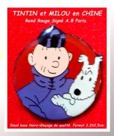 SUPER PIN'S BD : TINTIN Et MILOU En CHINE Sur ROND Fond ROUGE émail Base Noire + Glaçage Bombé Signé A.B PARIS 2,2X2,5cm - BD