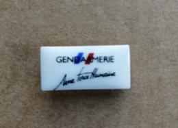 Pin's / Pins / Thème : Militaria / Militaire / GENDARMERIE Une Force Humaine / Pin's En Porcelaine De Limoges - Militaria