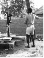 Photo Haute Volta (Burkina Faso) 1980. Un Puits De Village Perfectionné. Photo Du Père Gust Beeckmans - Africa