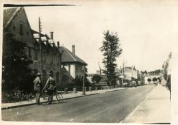 WASSY RUE DE LA GARE 1933 AVEC 1 GENDARME PHOTO ORIGINALE 8.50 X 6 CM - Places