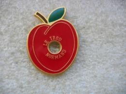 Pin's D'une Pomme De Couleur Rouge Trouée. Le Trou Normand - Boissons