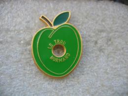 Pin's D'une Pomme De Couleur Verte Trouée. Le Trou Normand - Boissons