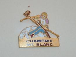 Pin's SKIEUR, CHAMONIX - MONT BLANC - Sports D'hiver