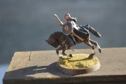 Rare Figurine Peinte En Métal Chevalier à L'épée Et Bouclier - Figurines