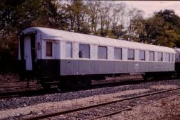 Photo Diapo Diapositive Originale Slide Train Ancien Wagon Wagon De Service SNCF à Montargis Len 10/90 VOIR ZOOM - Diapositives