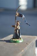Rare Figurine Peinte En Métal Soldat à L'étendard - Small Figures
