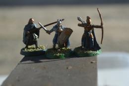 Rare Lot De 3 Figurines Soldats Archer Lancier Matière Plastique - Figurines