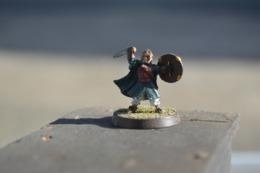 Rare  Figurine Métal Petit Soldat à L'épée Casque Et Bouclier - Small Figures